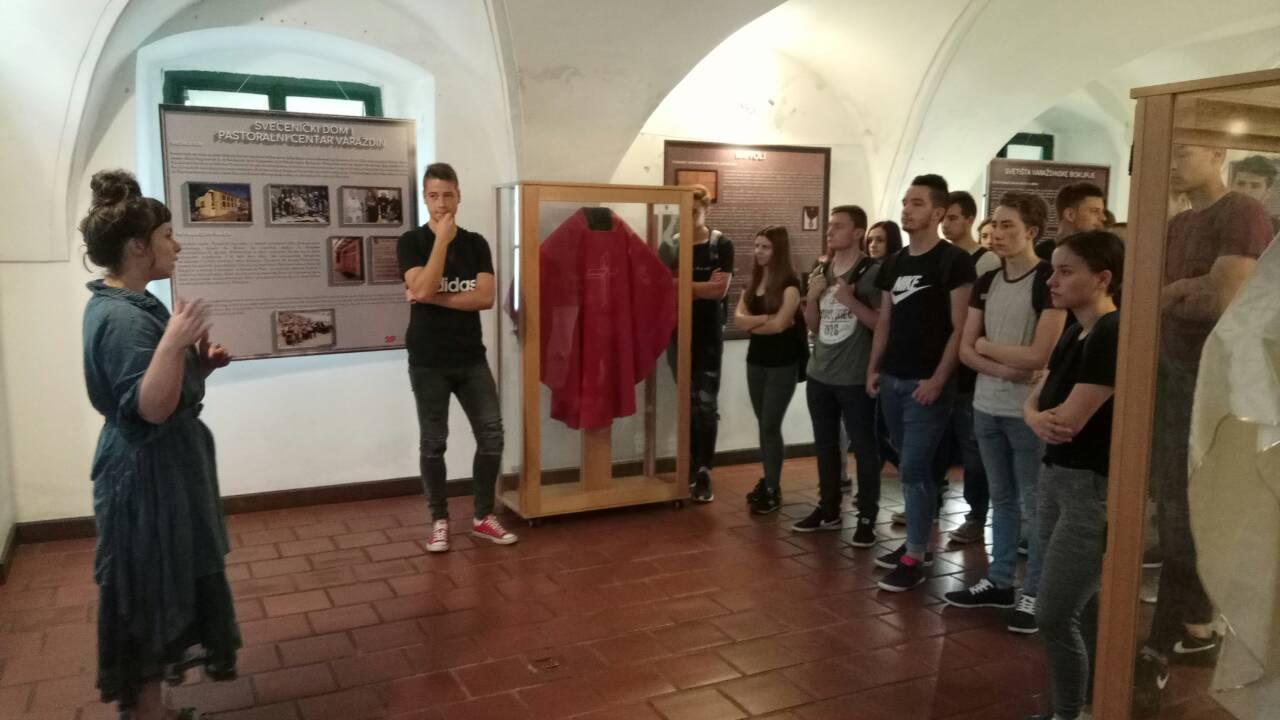 """Izložbu """"Trag dobrote: 20 godina Varaždinske biskupije"""" u Koprivnici razgledalo više od 2 400 posjetitelja"""