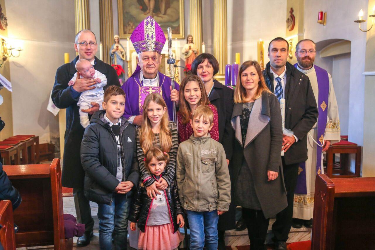 Varaždinski biskup krstio djecu iz mnogobrojnih obitelji u Ivancu, Varaždinu i Pribislavcu