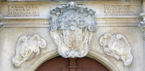 Natpis i grb grofa Draškovića iznad glavnih ulaznih vratiju